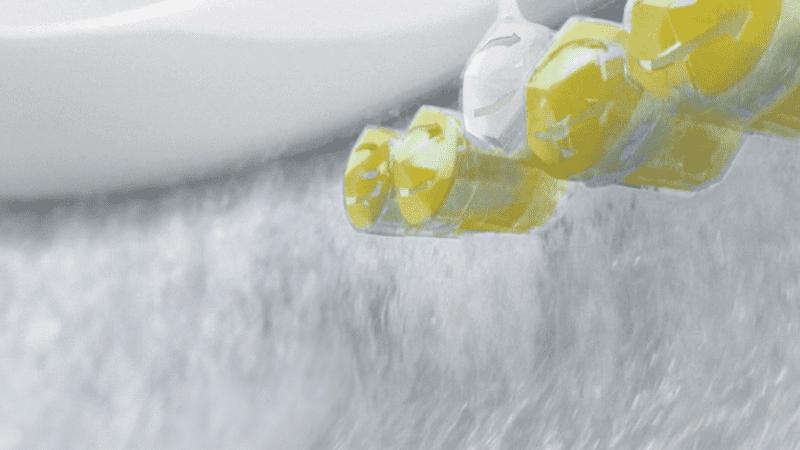 Primer plano de cestas de inodoro en un inodoro