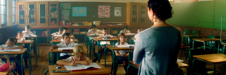 aula llena de niños y un maestro