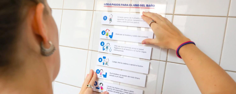 Mujer mirando las instrucciones de limpieza del inodoro